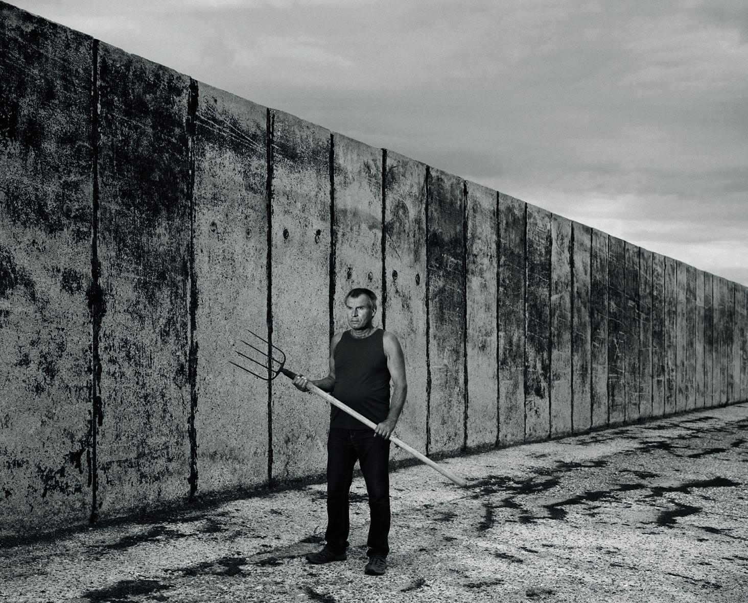 """Fr, 14.02., 18 Uhr: """"Looking for Freedom"""". Videotee im Rahmen der Ausstellung """"Von Menschen und Mauern"""". Schloss Biesdorf.  © Erasmus Schröter, Komparsen Mann 19, 2016"""