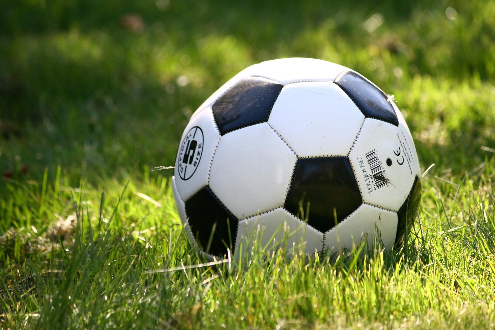 Sa, 29. Juni, 13 bis 17 Uhr: Fußballprojekt für Kinder und Jugendliche zwischen 10 und 16 Jahren in der Jugendfreizeiteinrichtung Nische. Ort: Louis-Lewin-Straße 40c. © AnnRos, Pixabay
