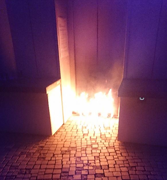 Die Täter sollen Toilettenpapierrollen in Brandbeschleuniger getränkt und danach angezündet haben.