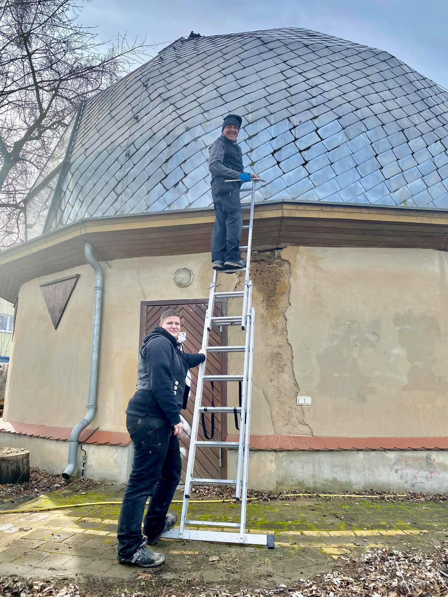 Dachdecker Jens Towara (52) und seine Kollegin Melanie Kulicke (25) stiegen dem Alpha II aufs Dach. © Spielplatzinitiatve Marzahn