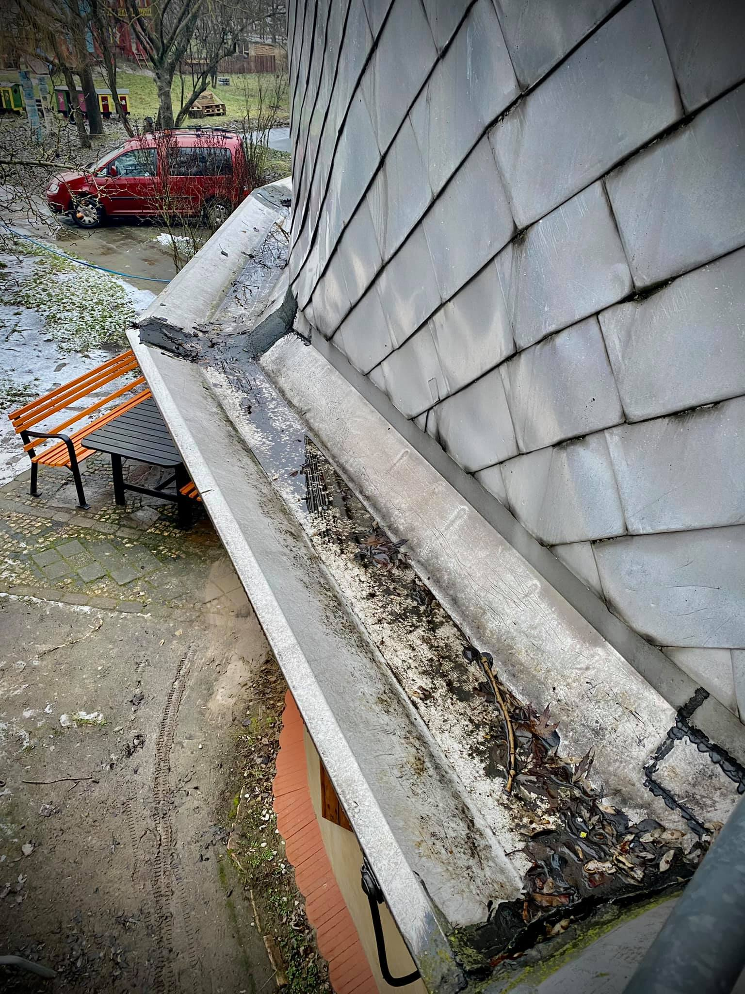 So sah die Dachrinne Anfang Februar aus ... © Spielplatzinitiatve Marzahn