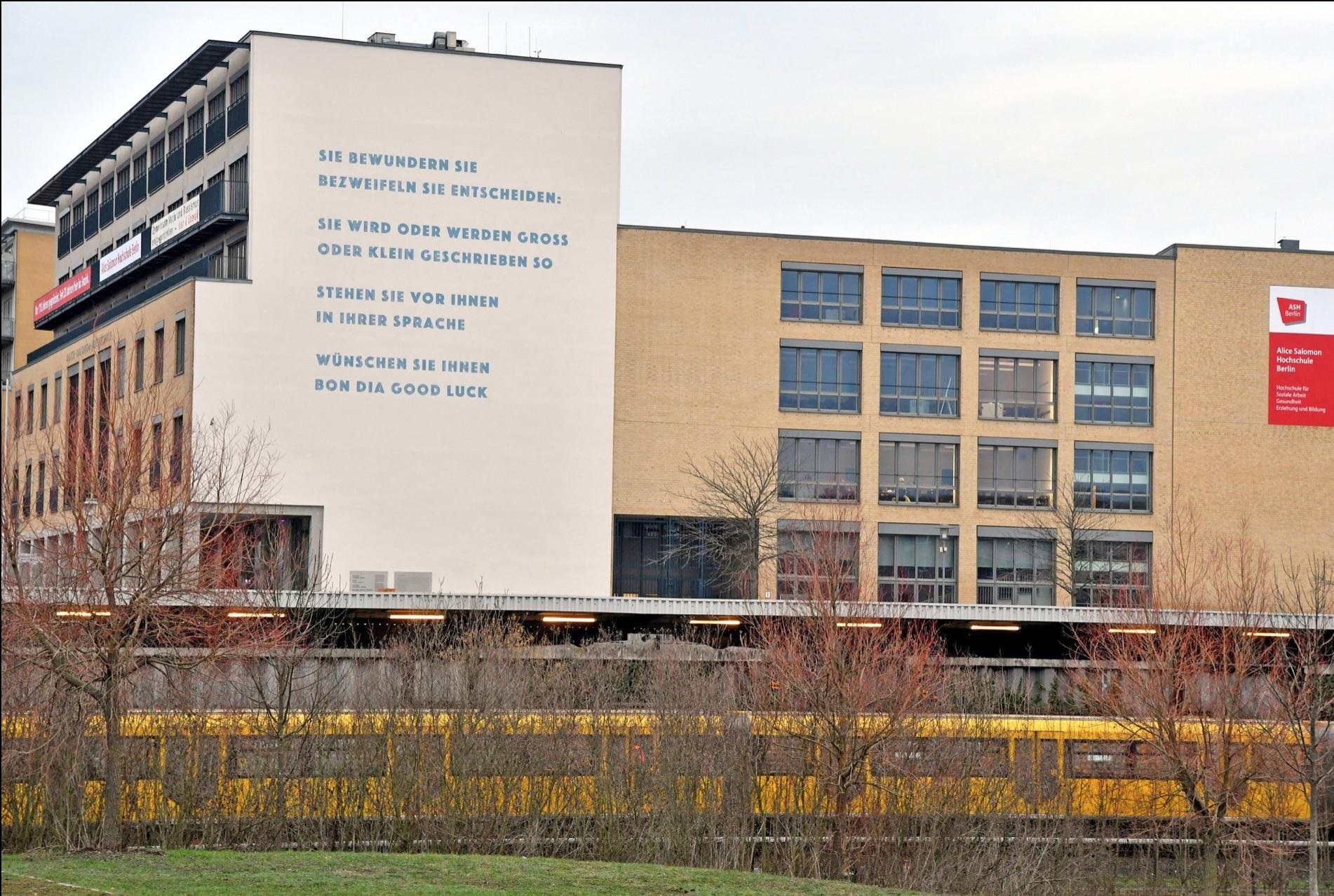 Köhler lieferte auch den neuen Text für die Südfassade der Alice-Salomon-Hochschule. © pressefoto-uhlemann.de