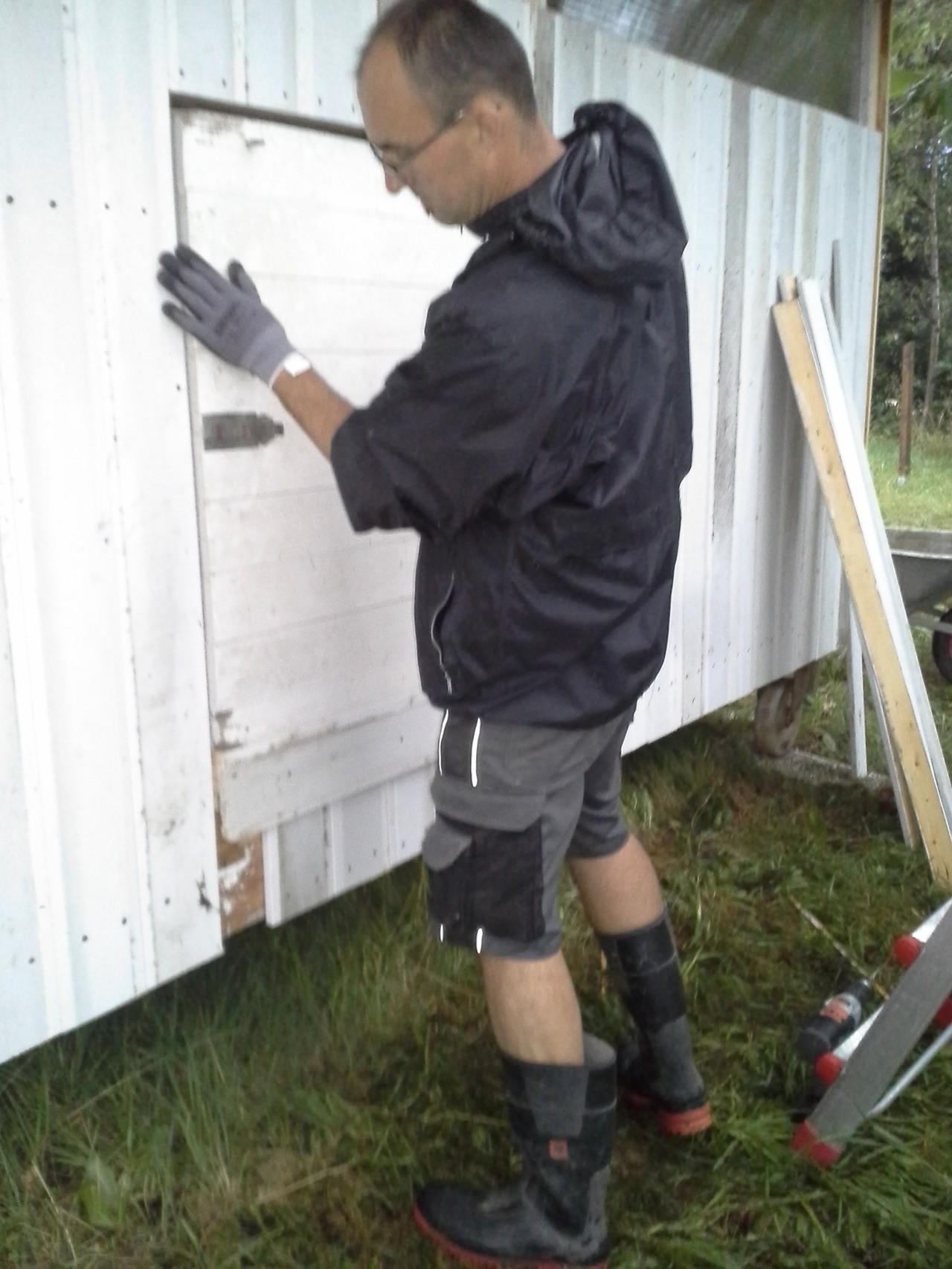 Nicht nur die Hütte benötigte Planen, auch Helmut eingepackt in einer Regenjacke