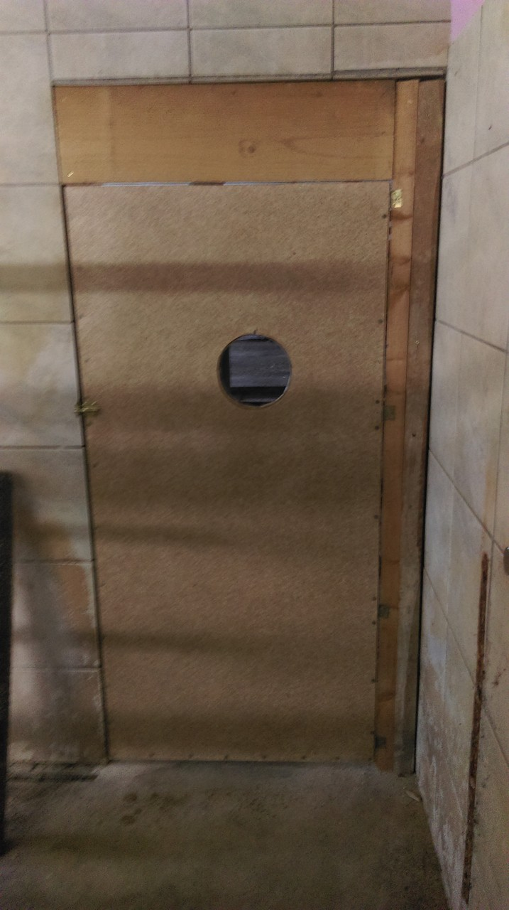 und eine Tür wurde im zweiten Durchgang montiert