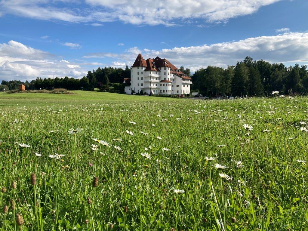 Hotel hinter Blumenwiese