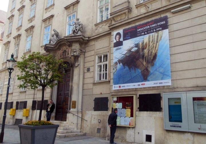 Plakat vor dem Curhaus der Dompfarre
