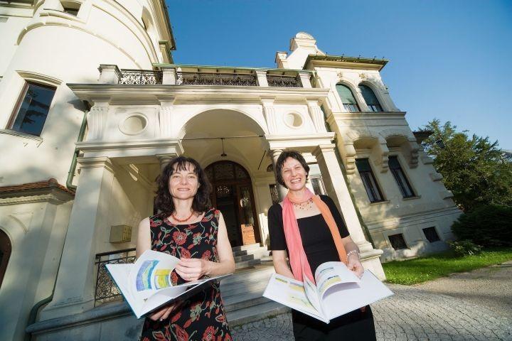 Die Künstlerinnen DI Susanne Wechtitsch und Stefanie Grüssl vor dem BDA Graz