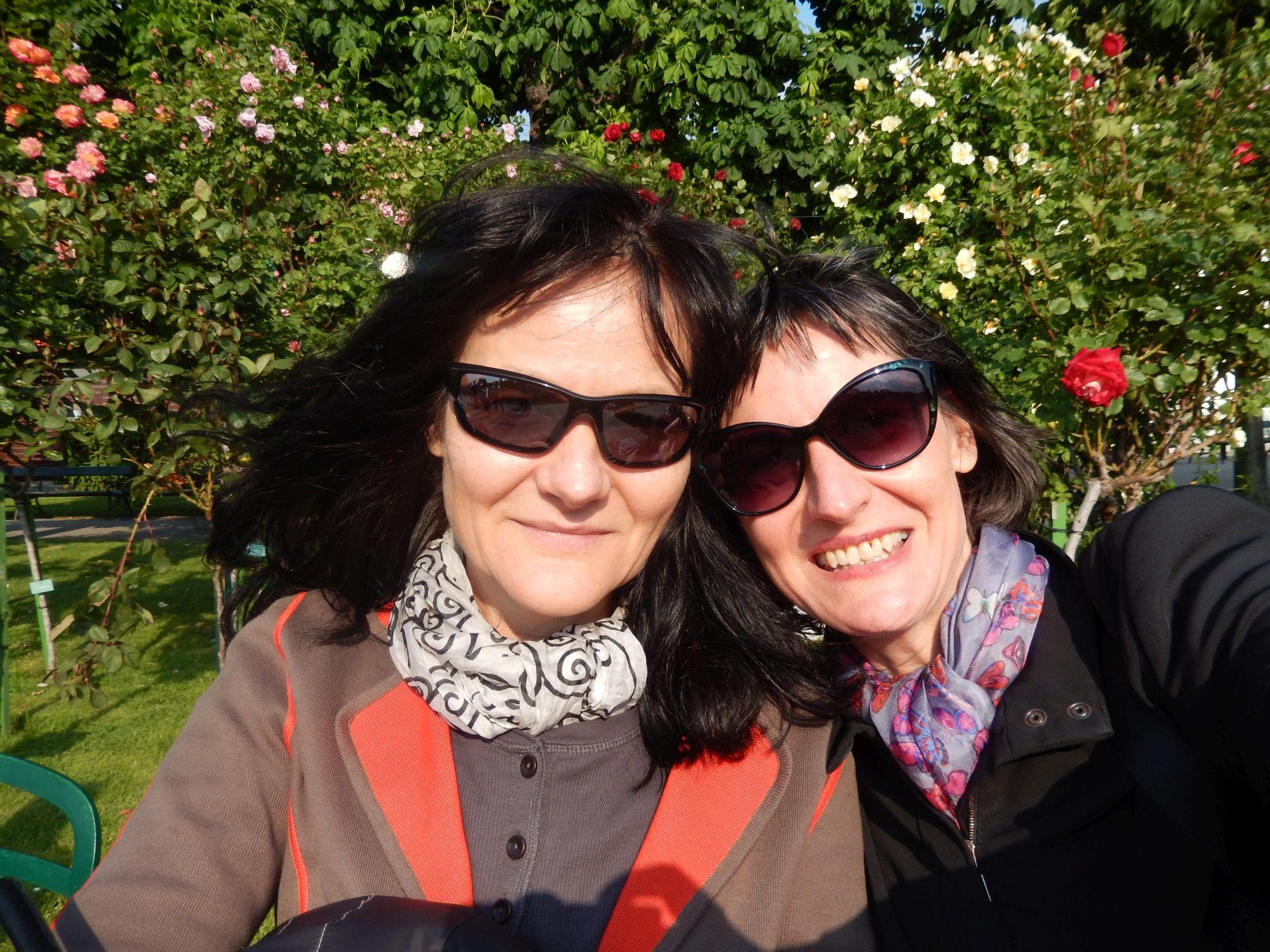 Susanne und Stefanie im Rosengarten