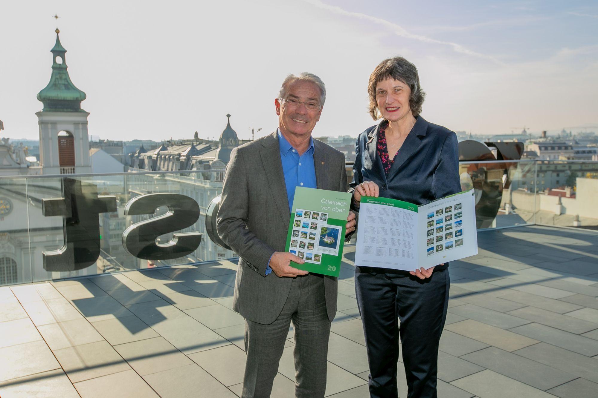 Gen.Dir. DI Dr. Georg Pölzl und Stefanie Grüssl mit der Markenedition (Foto Matthias Silveri)