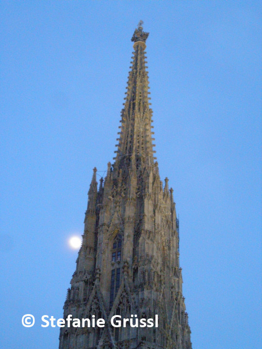 24 Mond berührt den Turm