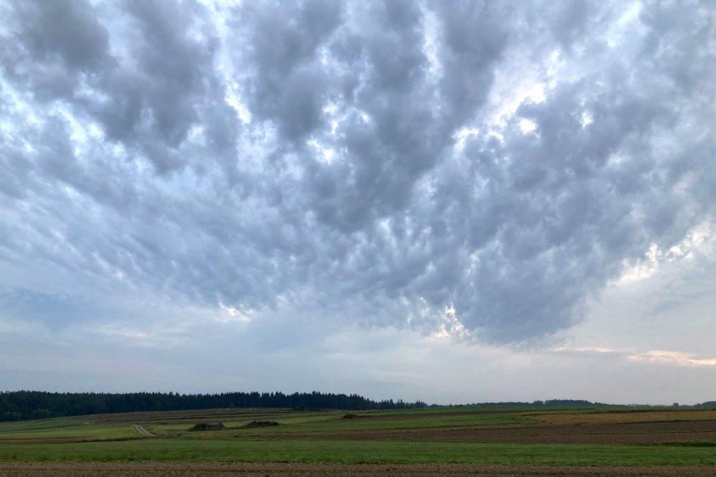 Tiefe Wolken über der Landschaft.