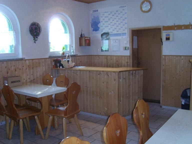 Aufenthaltsraum mit angrenzender moderner Küche