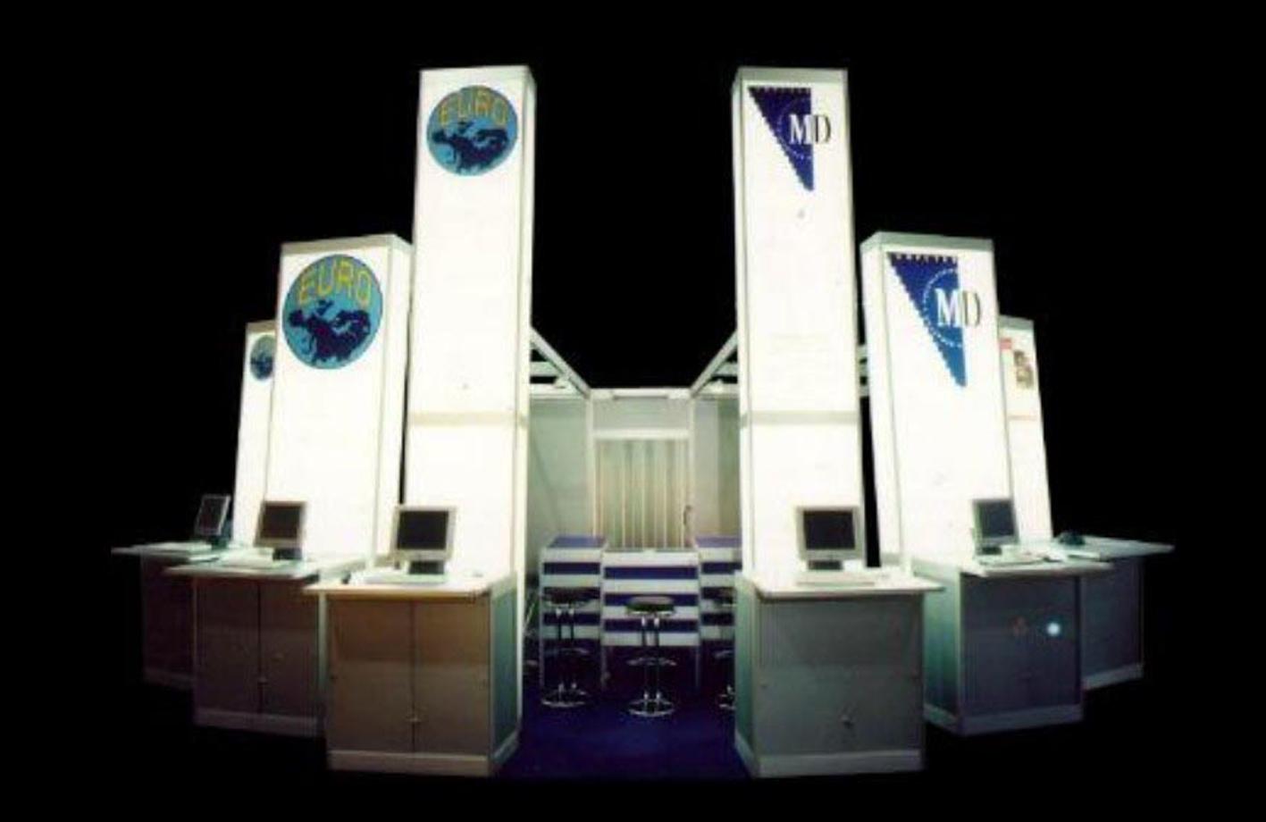 Eleganter Infostand mit Fernwirkung. Hinterleuchtete Säulen, Grafiken auf Acrylglas