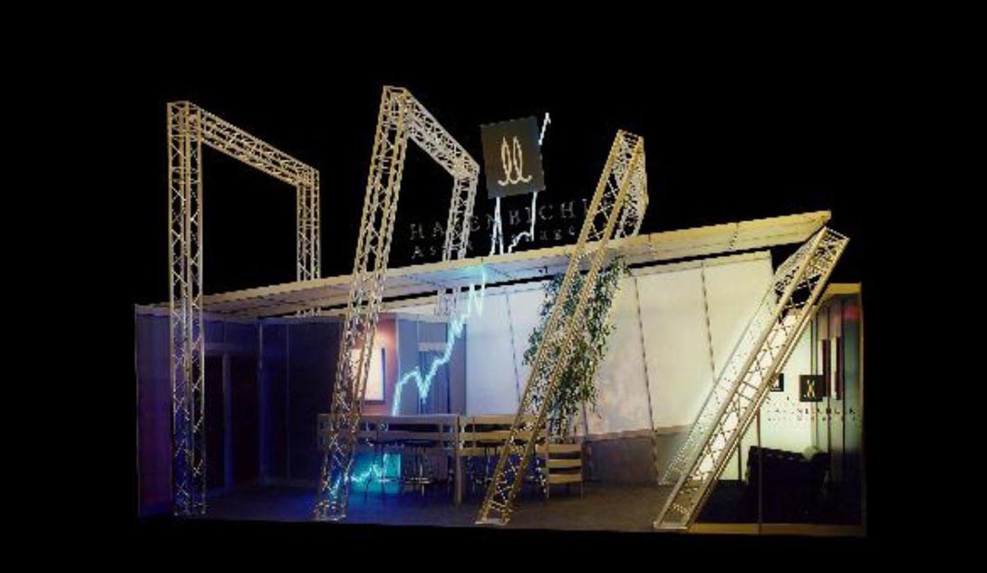 07 Futuristisch gestalteter kleinerer Stand mit schräg gestellten Traversen, Verspannung durch Stahlseile