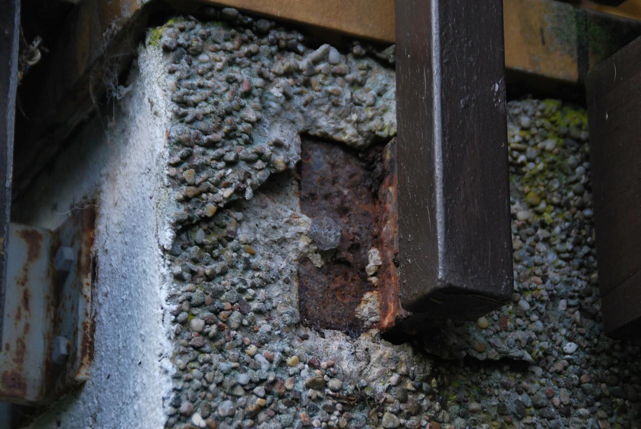 der Hausprüfer :Korrosion Terrassengeländer, mit Putzabplatzungen wegen Durchfeuchtung