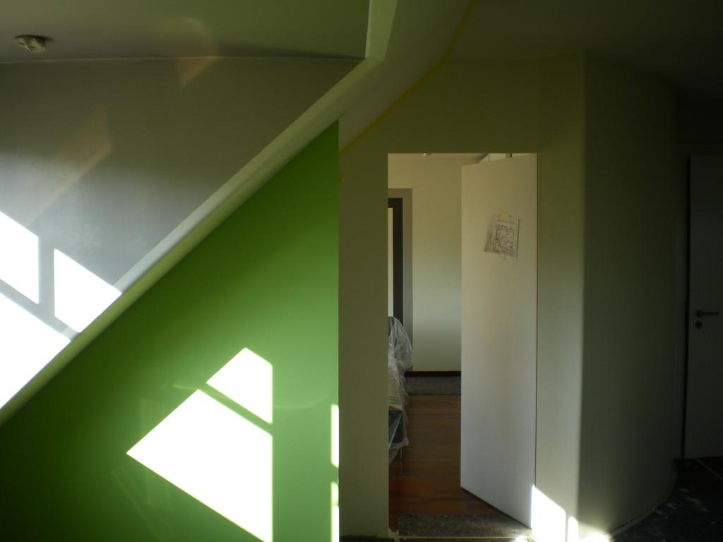 nachher - das Bett/die Wand ist jetzt nicht mehr zu sehen, da wir den Schlafbereich als eigenen Raum geschaffen haben. Es ist der Blick vom Schreibtischbereich zum Schlafbereich