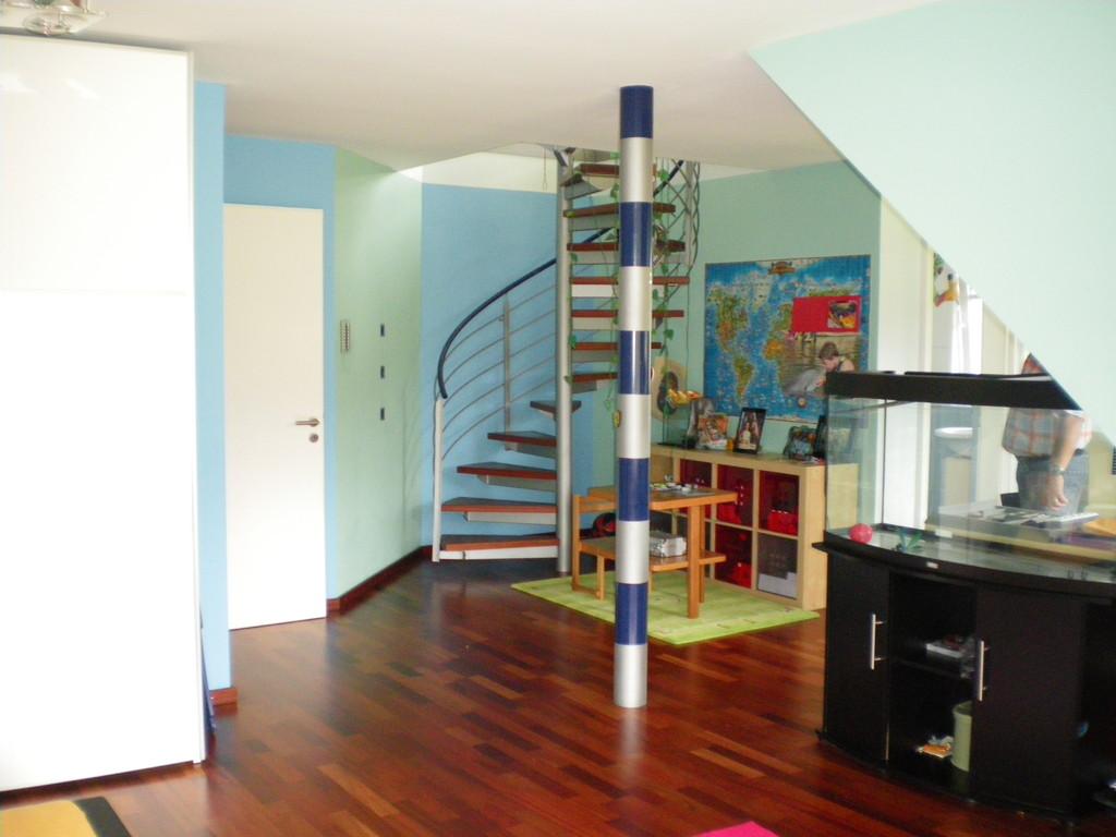 vorher - der Blick vom Bett in den Raum. Die Treppe und der Stützpfeiler stören die Raumatmosphäre