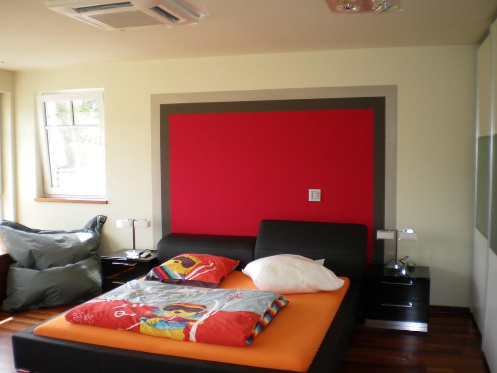 nachher - die Farbgestaltung gibt dem Bett die nötige Zonierung