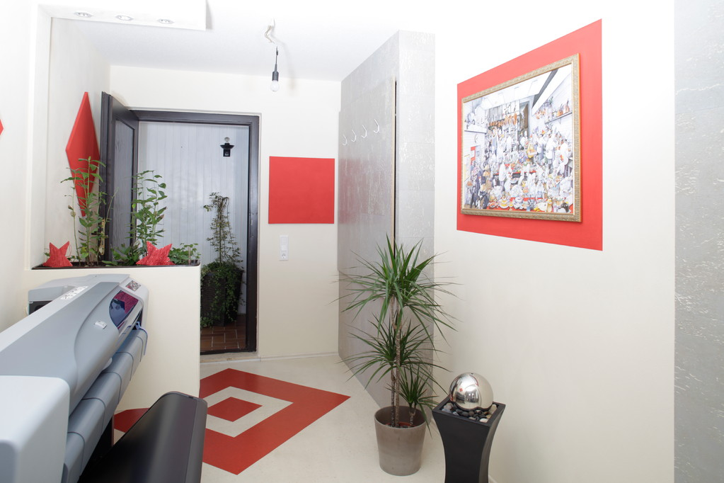 nachher - aus zwei kleinen Räumen wurde ein Bereich gestaltet, die Kraft der Farben ist zu spüren