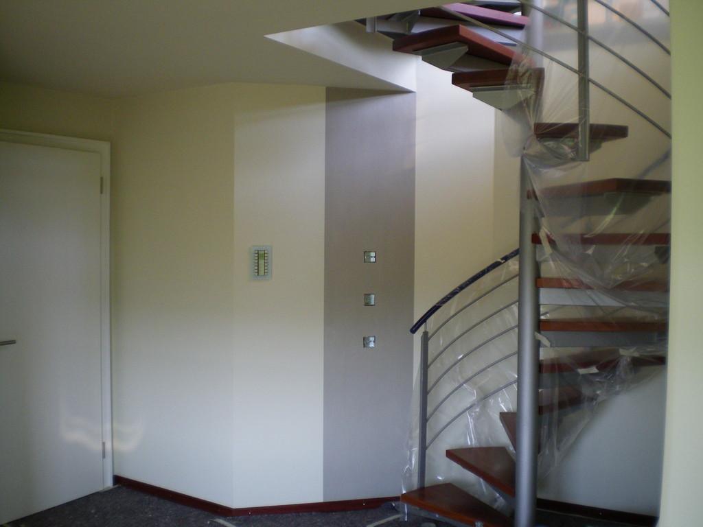 nachher - der Treppenaufgang wirkt deutlich ruhiger