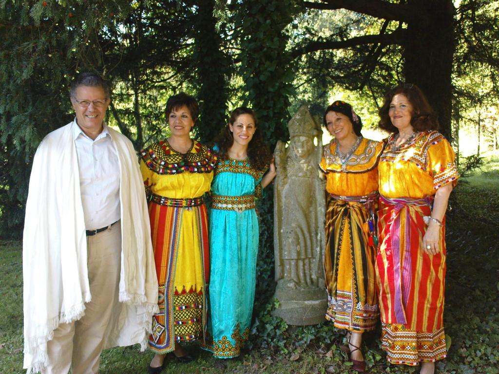 Des membres de Tiliwa aux côtés de Mehenna Mahfoufi, ethnomusicologue