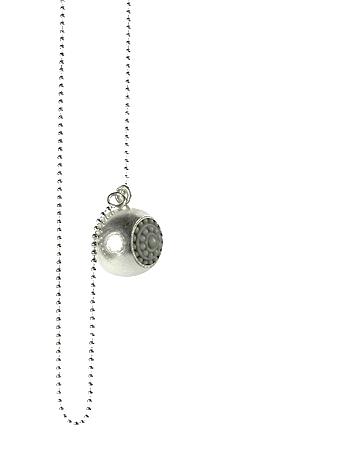 lange Kette mit Kugelanhänger in Silber mit fröhlich-buntem Glaselement