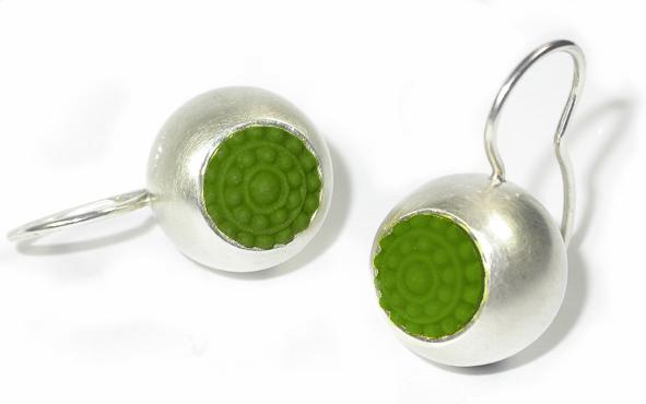 fröhliche grüne Ohrhänger in Silber