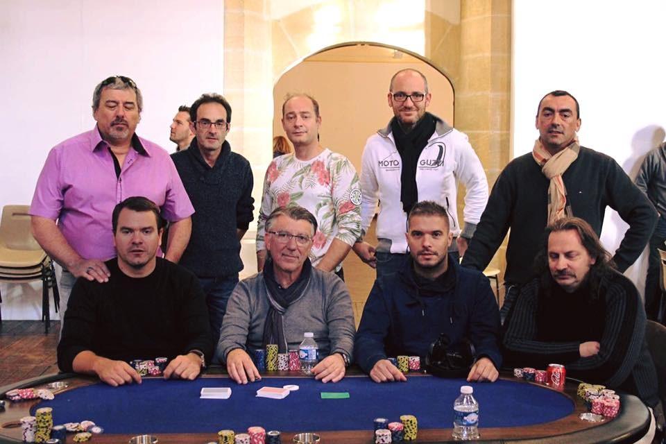 Les 9 finalistes sur 117 joueurs au départ du Main Event 2015 à Sarlat.