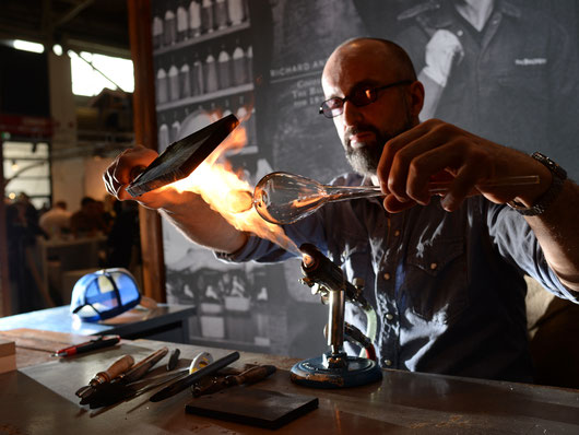 """Glasbläser fertigt ein Gefäß am Tischbrenner, der sogenannten """"Lampe"""", Vorführung und Verkauf Deutsches Museum"""