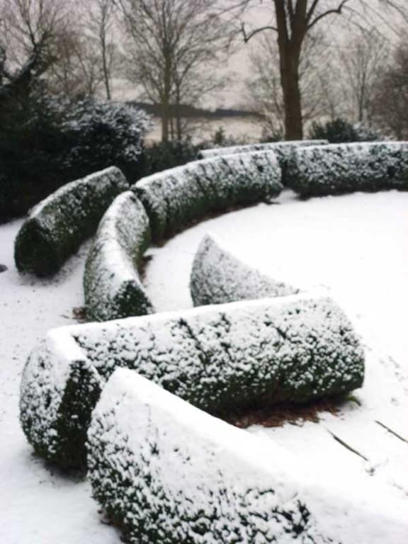 Das Heckenlabyrinth bezeichnet einen geomantisch bedeutsamen Ort.