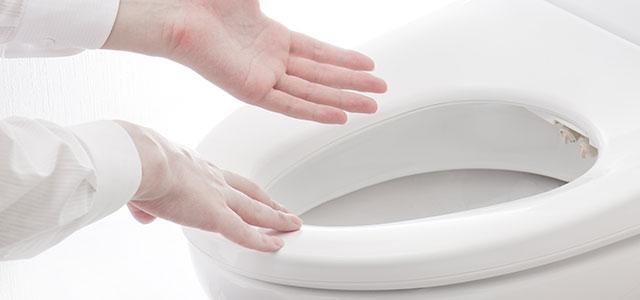 手で触れるほど清潔感があり綺麗な便器の便座