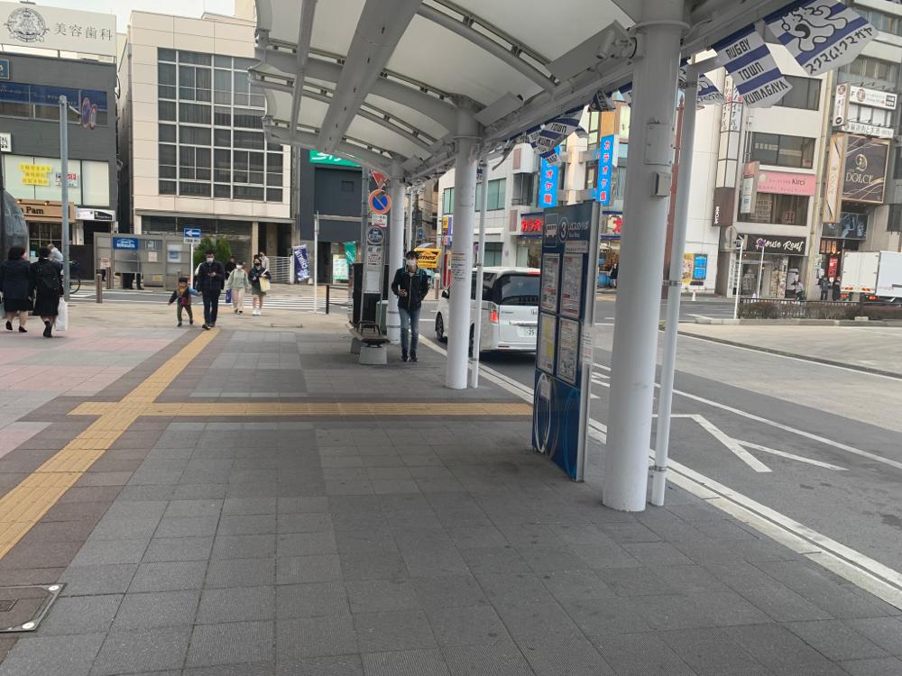 ローソン・マクドナルドの反対側のバス停の風景です。1番奥が3番のりばです。