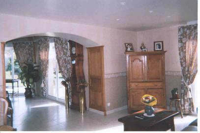 """Passage """"Séjour-Salon"""" cintré avec habillage chéne pour masquer les deux épaiseurs de mur (2x30cm + joint de dilatation 4cm, norme parasismique)"""