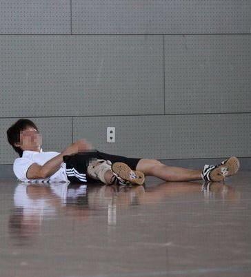 彼は練習中に股間を触るクセがあります。