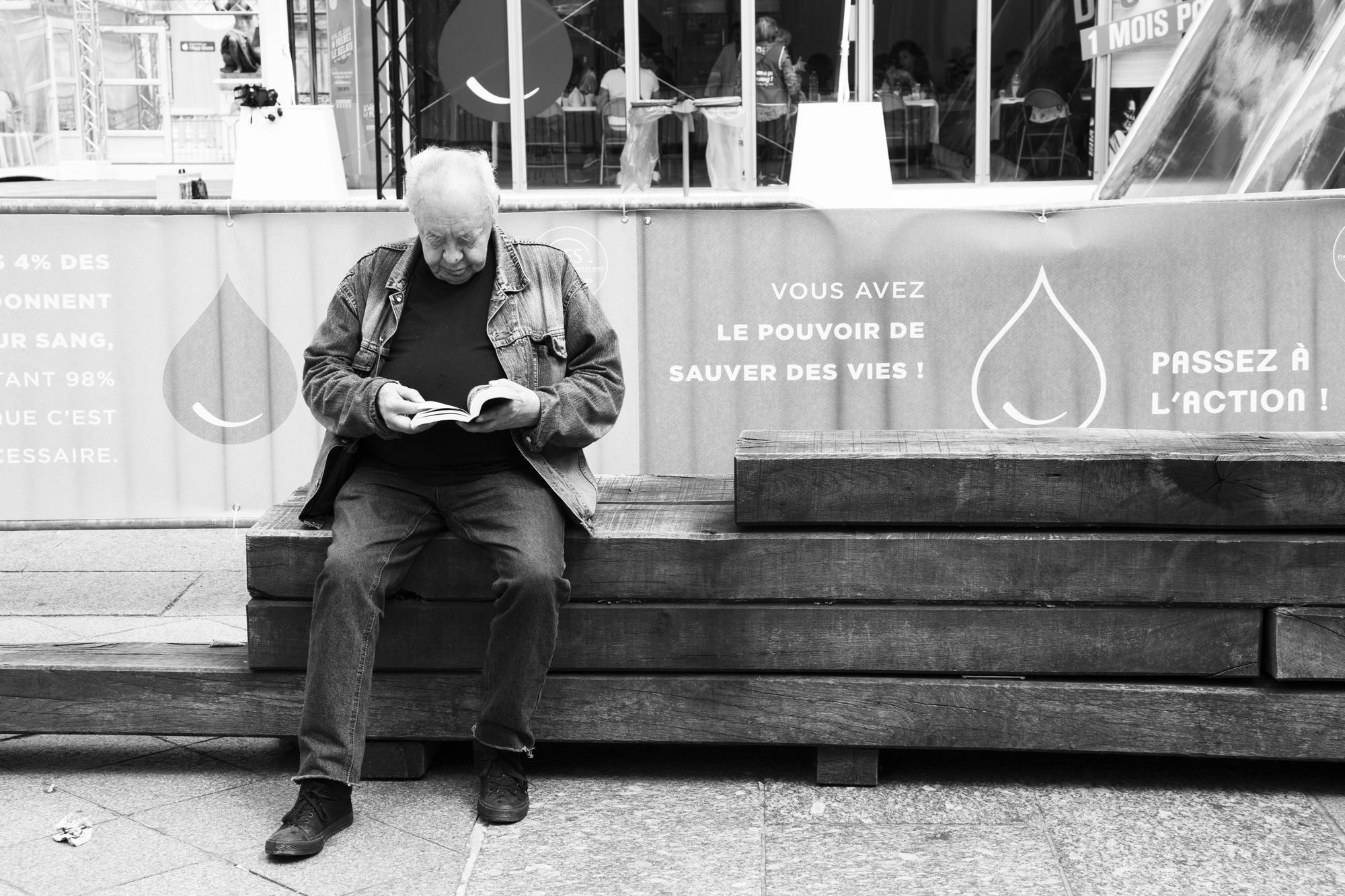 """""""The man with the book"""" - Parvis de l'Hôtel de Ville, Paris (2019). © Clémence Rougetet"""
