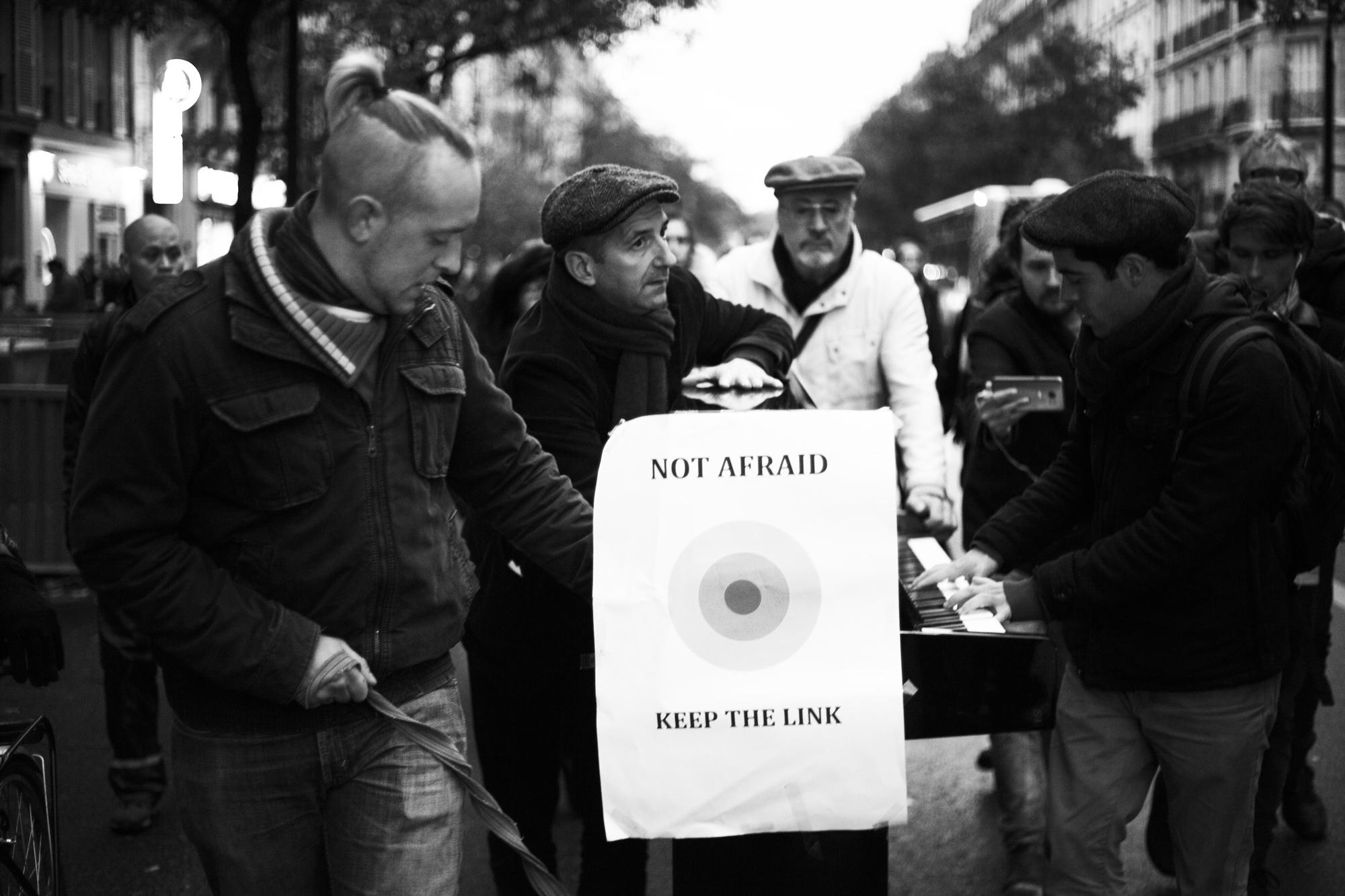 """""""Not afraid"""" - Hommage aux victimes des attentats du 13 Novembre 2015. Boulevard Voltaire, Paris (2016). © Clémence Rougetet"""