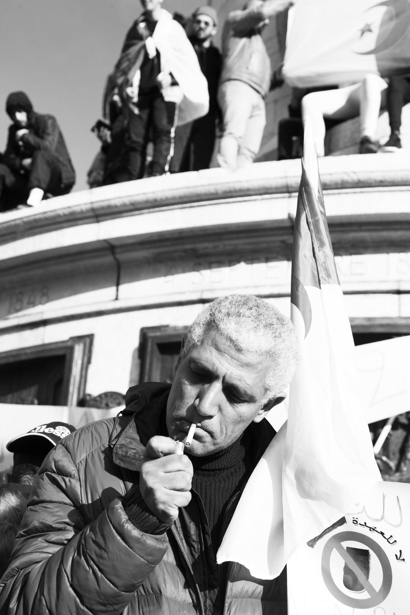 """""""The smoker"""" - Rassemblement contre le prolongement du président algérien Abdelaziz Bouteflika. Place de la République, Paris (2019). © Clémence Rougetet"""