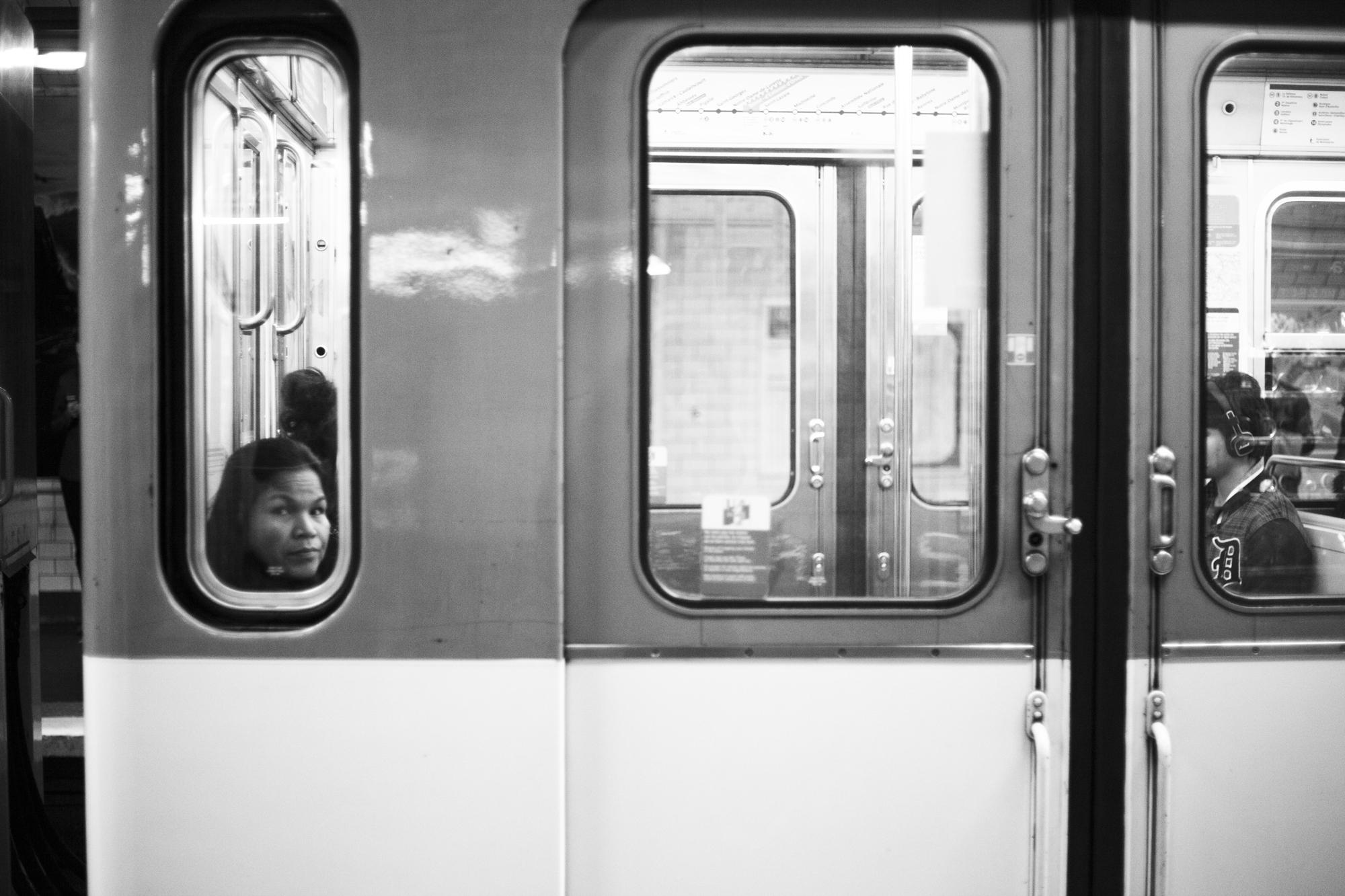 """""""On my way"""" - Station de métro Montparnasse, Paris (2017). © Clémence Rougetet"""