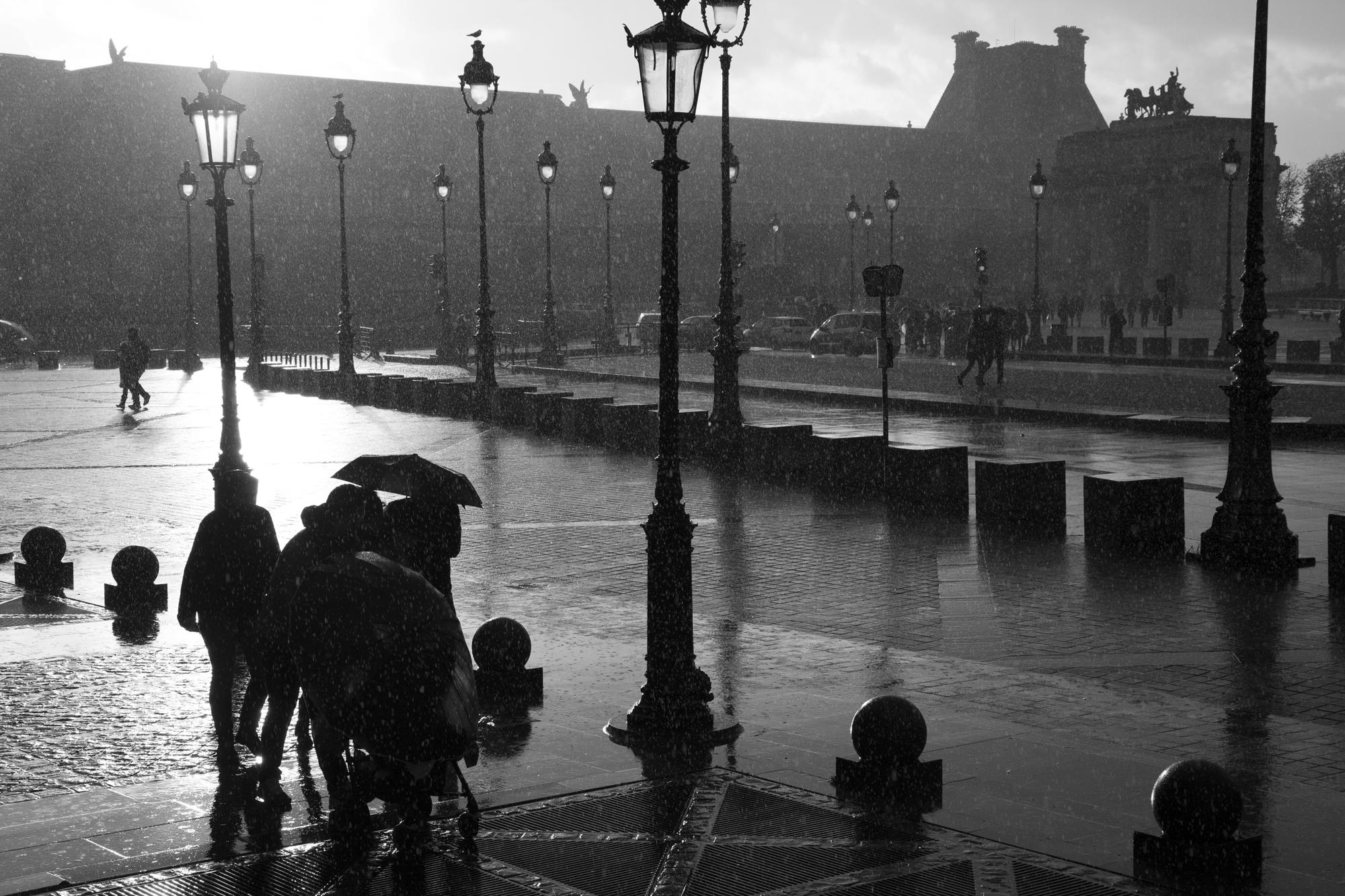 """""""Walkingt in the rain"""" - Musée du Louvre, Paris (2017). © Clémence Rougetet"""