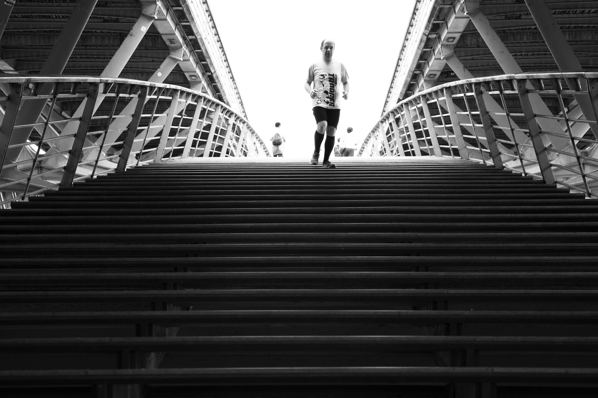 """""""Run by run"""" - Passerelle Léopold-Sédard-Senghor, Paris (2017). © Clémence Rougetet"""