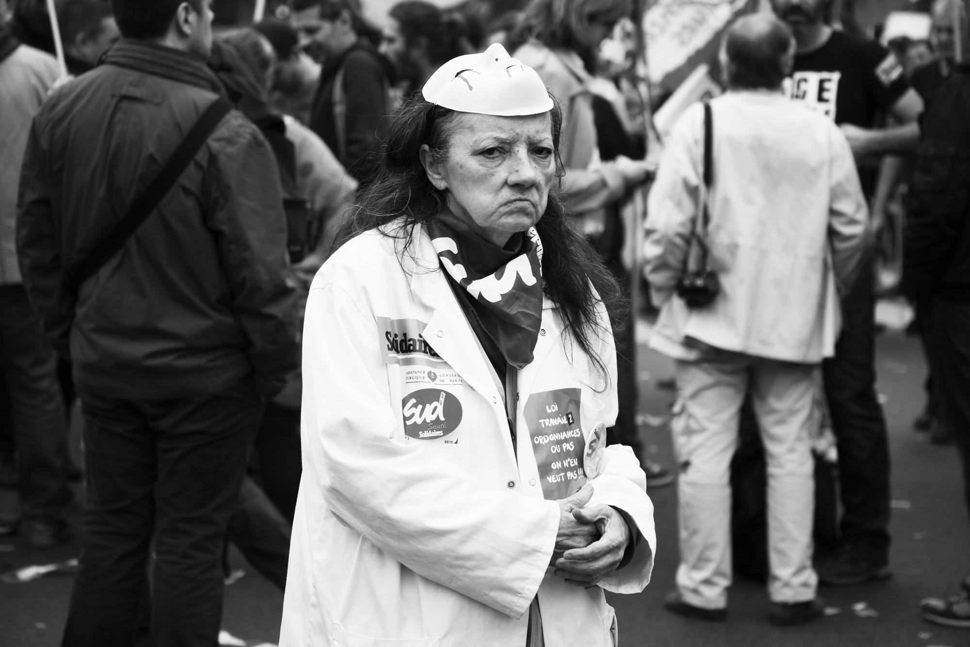 """""""No smile please"""" - Rassemblement des fonctionnaires. Place de la République, Paris (2017). © Clémence Rougetet"""