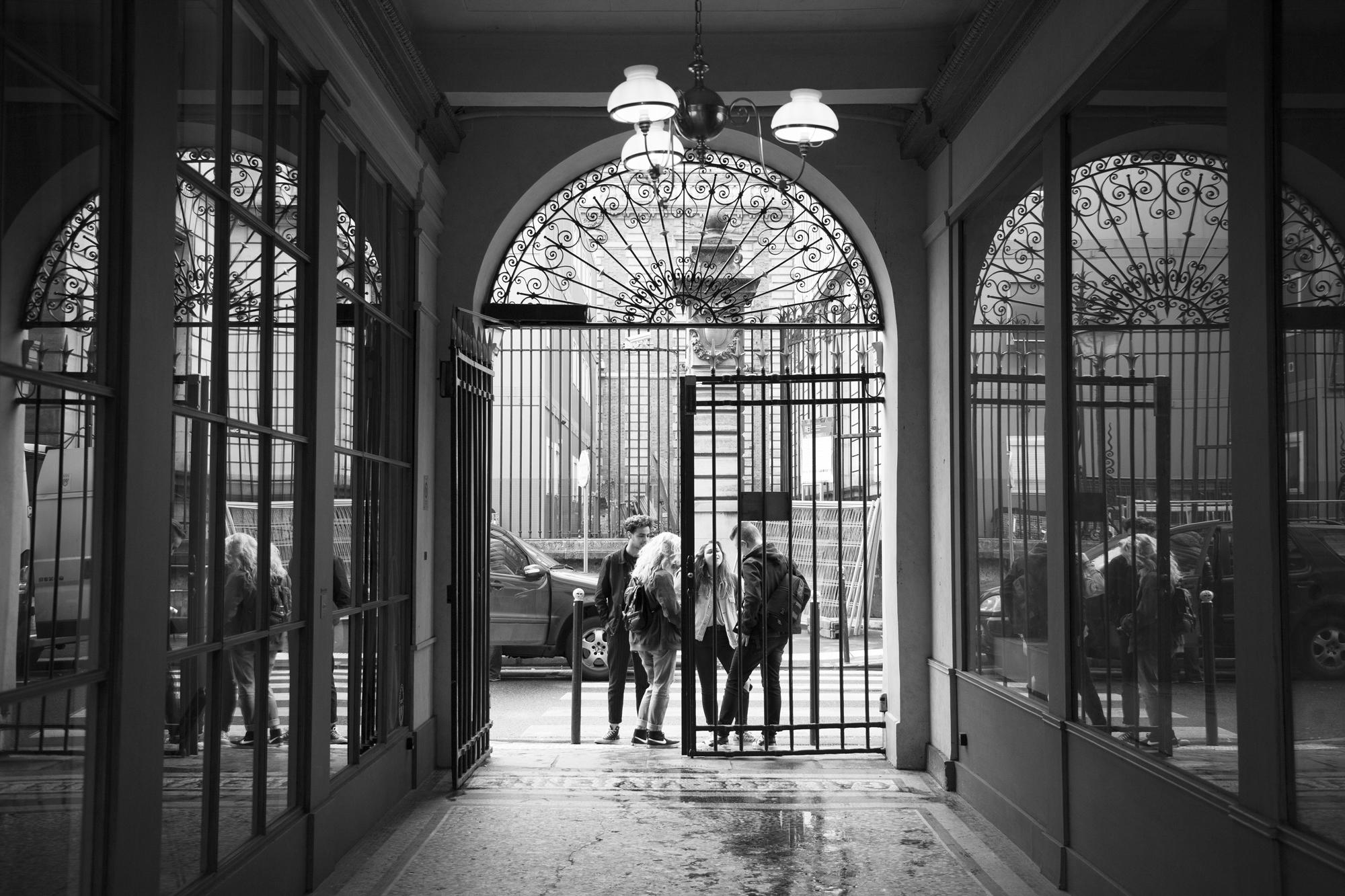 """""""De l'ombre à la lumière"""" - Galerie Vivienne, Paris (2017). © Clémence Rougetet"""