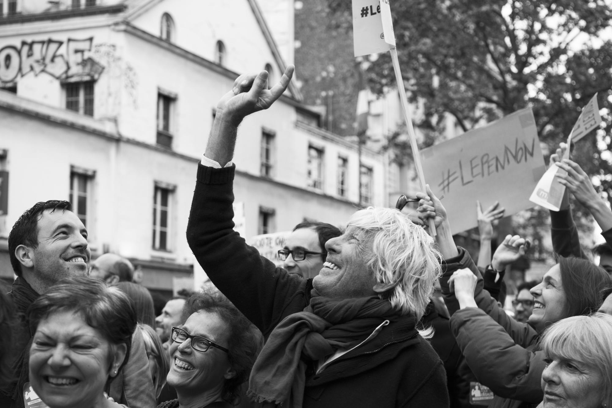 """""""Touch the sky""""- Rassemblement du 1er mai. Boulevard du Temple, Paris (2017). © Clémence Rougetet"""