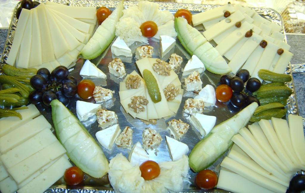 Käse oder auch Fleischplatten richten wir für Sie servierbereit an