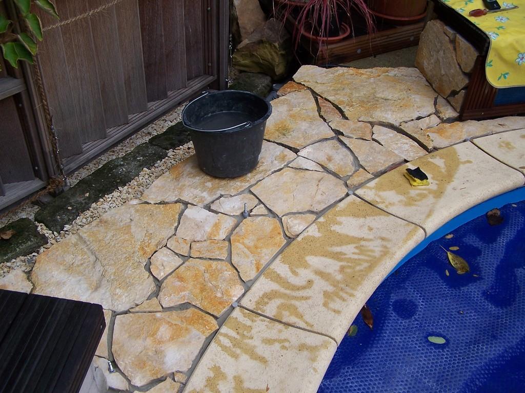 Reinigen der Fugen und (noch einmal) waschen der Steine.