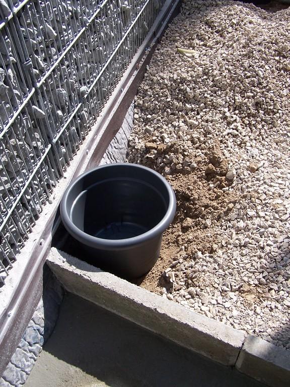 Kübel in grau zur späteren Bepflanzug - oder Topf in Topf System. Möglich ist so durch einen Innentopf eine Entnahme im Winter ohne Ausgrabarbeiten.