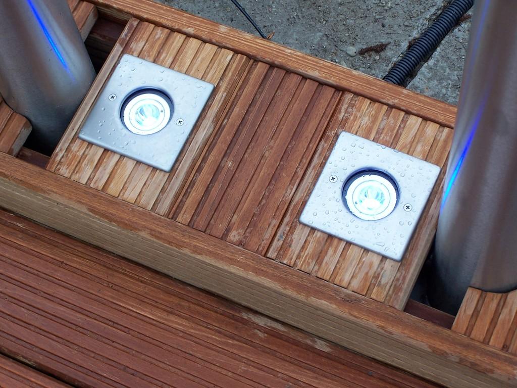 hier sind die VA Blenden eckig - sie passen besser zum Holzsockel.
