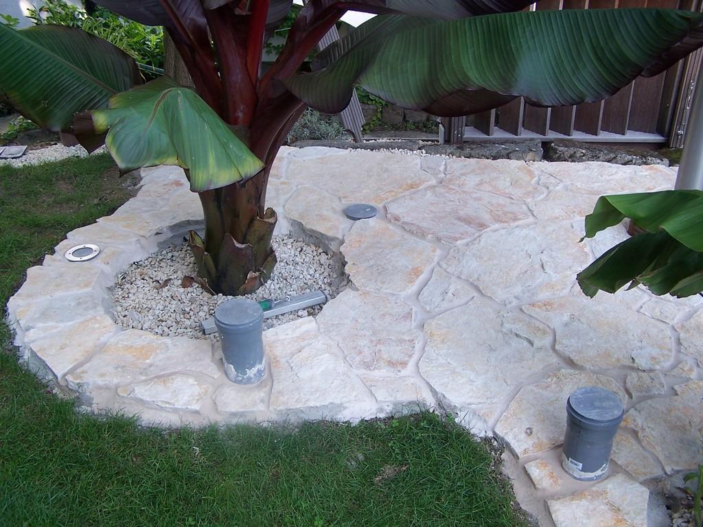 fertig gelegte Platten um die Bananen. Die grauen Rohre sind Schutzrohre beim Verlegen für die späteren Bodenscheinwerfer.