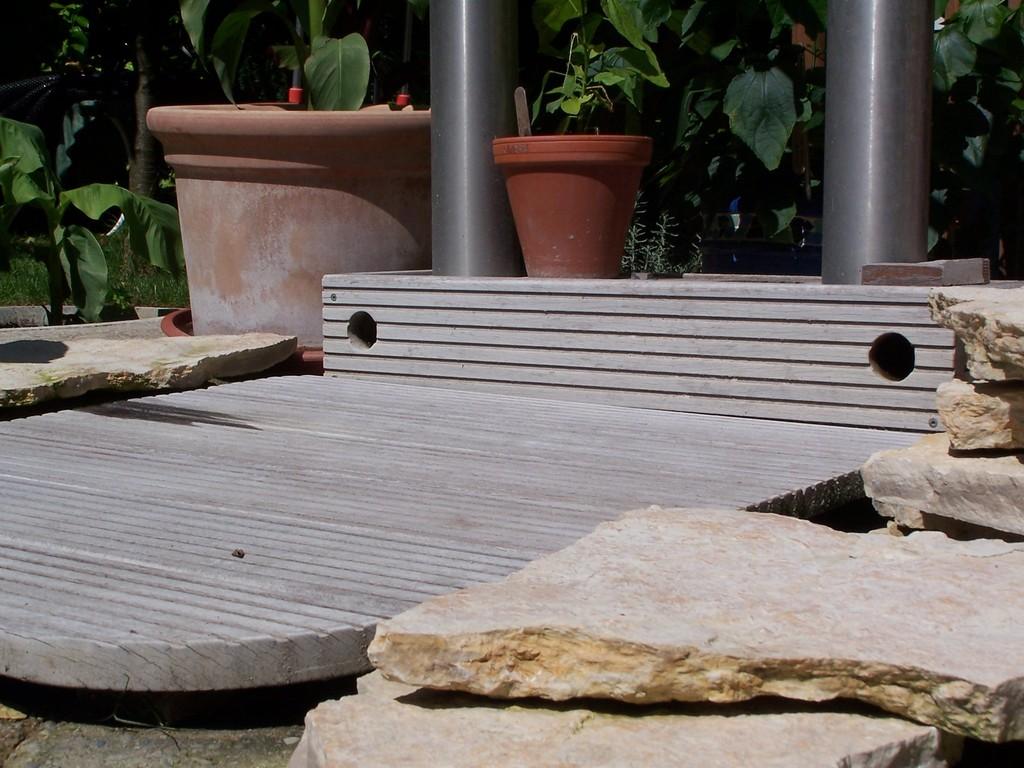 Anpassen der Steine zwischen der Stehfläche und der Solardusche.