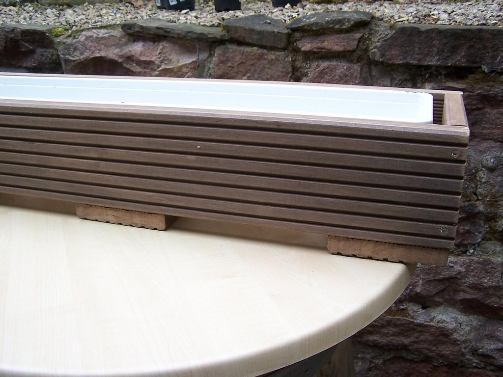 der Plastikkasten sitzt auf 3 Flächen auf - für den Wasserablauf gibt es genügend freien Raum.